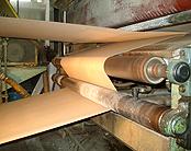 ダンボールシートを製造するマシーン(コルゲータ)